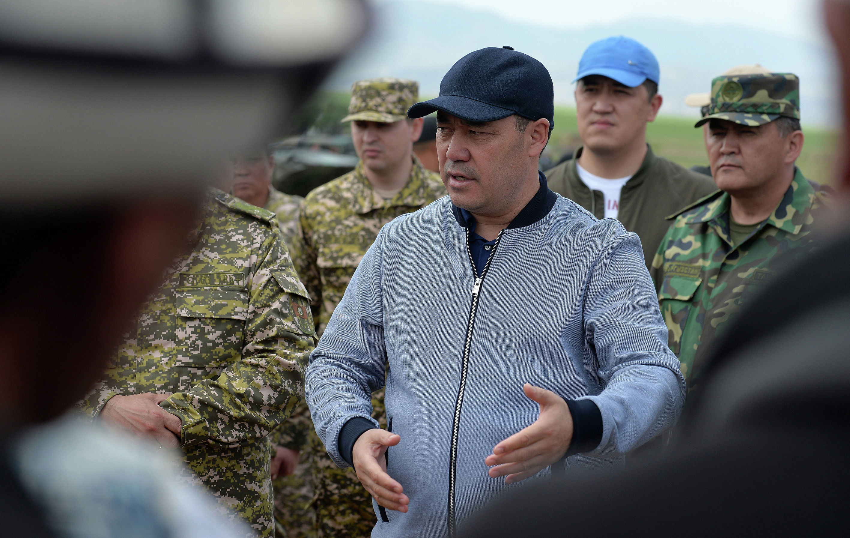 Президент КР Садыр Жапаров во время закладки капсулы под строительство военного городка в Лейлекском районе Баткенской области. 06 мая 2021 года