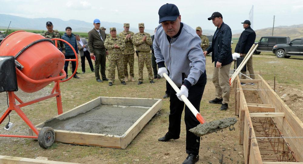 Кыргызстандын президенти Садыр Жапаров Лейлек районунда аскер шаарчасынын курулушуна капсула салуу учурунда