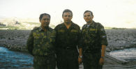 Тажикстандагы КМШнын тынчтык орнотуучу жаматтык  күчтөрүндөгү КРнын Коргоо министирлигинин өкүлү полковник Абдрахим Раджапов (сол жактан биринчи) россиялык кесиптештери менен. Тажикстан, Тоолуу Бадахшан автоном облусу. 1997-жыл