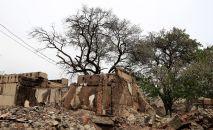 Разрушенное строение в приграничном с Таджикистаном селе