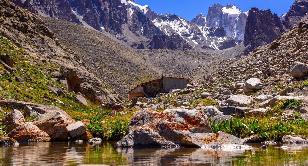 Хижина Рацека. Известный альпинистский лагерь в верховьях национального парка Ала-Арча.