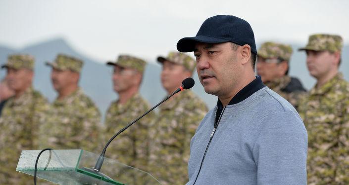 Президент КР Садыр Жапаров во время выступления на военном полигоне Бужум в Баткенской области. 06 мая 2021 года