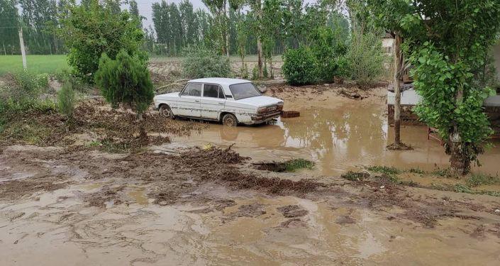 Прорыв дамбы № 12 из-за проливных дождей в селе Орукзар Кадамджайского района