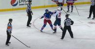 Хоккеисты Вашингтон Кэпиталз и Нью-Йорк Рейнджерс устроили массовое побоище сразу после начала матча.