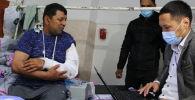 Сотрудники ГРС во время выдачи паспортов для пострадавших на границе в БНИЦТиО