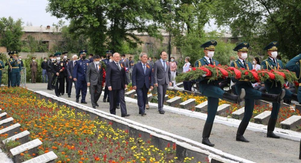 Улуу Жеңиштин 76 жылдыгына карата Бишкектеги советтик жоокерлердин жалпы көрүстөнүндө митинг-реквием болгонун мэриядан билдиришти