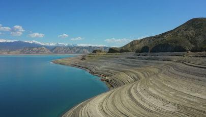 В этом году уровень воды в Токтогулки сильно упал. Мы отправились на водохранилище, чтобы увидеть ситуацию воочию и показать вам.