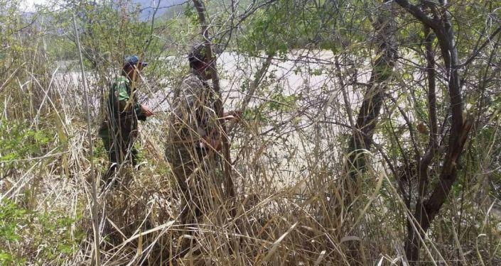 Сотрудники МЧС КР во время поисков утонувшего в Джалал-Абадской области