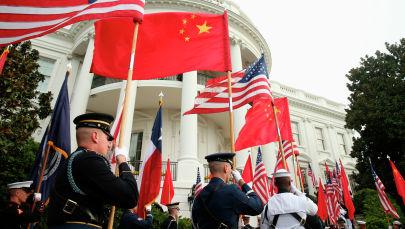 Почетный караул военных с флагами США и Китая. Архивное фото