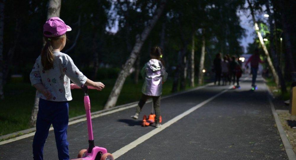 Дети гуляют по скверу в Бишкеке. Архивное фото