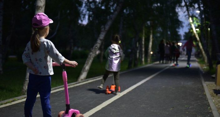 Дети гуляют по благоустроенному скверу на территории Октябрьского района