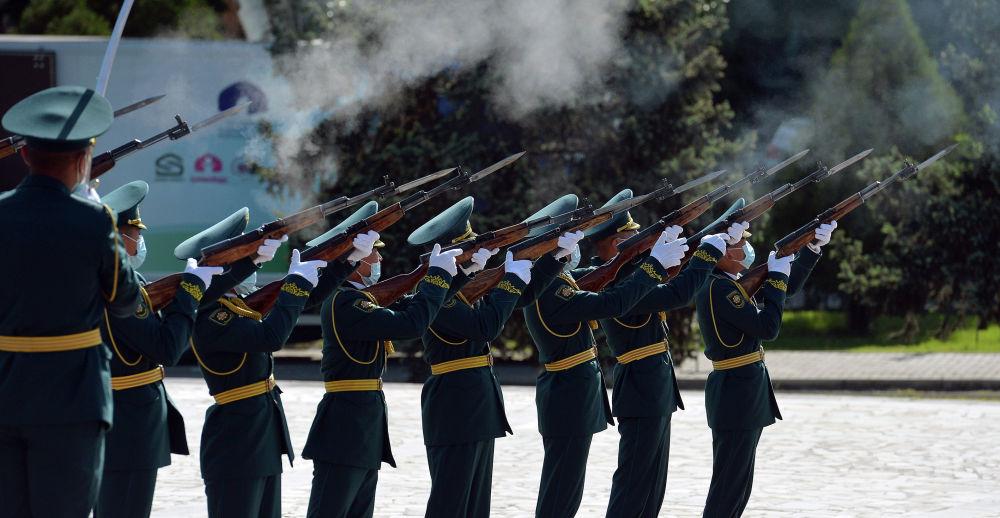 Утром на площади Победы в столице возложил цветы к Вечному огню президент Садыр Жапаров. На фото нацгвардейцы на площади Победы в Бишкеке во время митинга-реквиема.