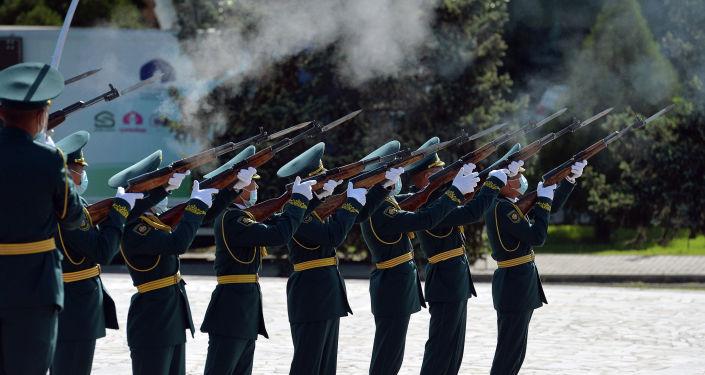 Нацгвардейцы на площади Победы в Бишкеке во время митинга-реквиема по случаю 76-й годовщины Победы в ВОВ