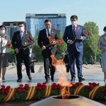 В мероприятии участвовали торага Жогорку Кенеша, председатель кабинета министров, председатель Верховного суда, руководитель администрации президента и экс-президенты