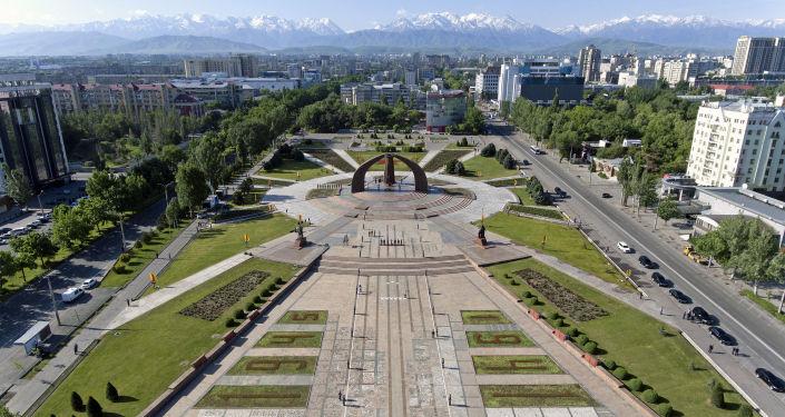 Вид на площадь Победы в Бишкеке во время митинга-реквиема по случаю 76-й годовщины Победы в ВОВ
