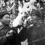 Панфиловчулар Кыргызстандан келген алманы жеп жаткан учуру. 1942-жыл. КР Борбордук мамлекеттик кинофотодокументтеринин архиви. Кыргызстан кан майданга 94,4 консерваланган эт банкасын, 117 миң тонна шекер, 839 миң тонна нан жөнөткөн.