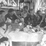 Бала бакчадагылар фронтко посылка даярдап жаткан учуру. Фрунзе шаары. 1942-жыл. Сүрөттүн автору белгисиз. КР Борбордук мамлекеттик кинофотодокументтеринин архиви. 1941-жылдын ноябрь айынан баштап 1942-жылдын сентябрь айына чейин Кыргызстанга Россиянын батыш аймактарынан 41 балдар үйү жана 3 348 өспүрүм эвакуацияланган.