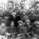 """385-аткычтар дивизиясынын командирлери, саясий бөлүмдүн жетекчилери жана жоокерлери Кыргыз ССРинин делегациясы менен жолуккан учуру. Батыш фронт. 1942-жыл. КР Борбордук мамлекеттик кинофотодокументтеринин архиви. Бул дивизия 1941-жылдын август айынан баштап Фрунзе шаарында куралган. Фрунзелик кошуундун кан майданда жолу 1942-жылы 8-февралда башталган. 1943-жылы 30-сентябрда 385-дивизия Беларустун Кричев шаарын фашисттик баскынчылардан бошотот. Дал ушул себептен улам Иосиф Сталин """"Кричев"""" наамын ыйгарган."""