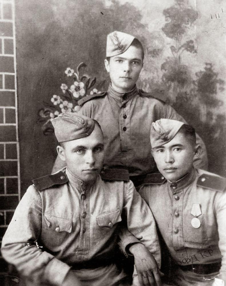 150-аткычтар бригадасынын катардагы аскери (оң жактан биринчи) Т.Мусурманкулов. 1942-жыл. КР Борбордук мамлекеттик кинофотодокументтеринин архиви.