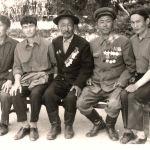 """""""Даңк"""" орденинин толук  III даражасынын кавалерлери Чынтемир Осмонов (сол жактан экинчи), Абдыкасым Карымшаков балдары менен. 1981-жыл, жай. Түп району, Күрмөнтү айылы. Илгиз Осмоновдун жеке архивинен. Бул ордендин толук III даражасы менен согушта көрсөткөн эрдиги үчүн 2 656 гана жоокер сыйланган. Анын арасында төрт аял бар."""