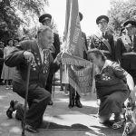 Панфиловдун 8-гвардиялык аткычтар дивизиясынын жоокери Асипа Исмаилова жана полктошу (аты-жөнү белгисиз) тууга таазим кылып жаткан учур. Фрунзе. 1981-жыл. Сүрөттүн автору Михаил Шлафштейн. КР Борбордук мамлекеттик кинофотодокументтеринин архиви. 1945-жылы 18-мартта Панфилов дивизиясы Латвиянын Курляндия аймагында вермахттын курчоосунда калган. 25-мартта фашисттер бул аскердик бөлүктү талкалаганга аракеттенген. Бирок алардын ою ишке ашкан жок. Панфиловчулар туруштук берип, чабуулдун мизин кайтарып, курчоодон чыгышкан. КР Борбордук мамлекеттик кинофотодокументтеринин архиви.