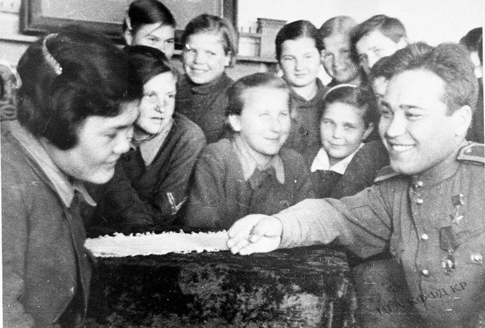 Советтер Союзунун Баатыры Рузи Азимов Жалал-Абад облусундагы Кызыл-Михнат колхозунда жетимдер үйүнүн окуучулары жана кан майданда каза болгон жоокерлердин балдары менен сүйлөшүп жаткан учуру. 1945-жыл. КР Борбордук мамлекеттик кинофотодокументтеринин архиви. 1944-жылы 23-июнда Азимов Беларустун Витебск аймагын фашисттик Германиядан бошотууда өзгөчө эрдик көрсөткөн. Ал чабуул маалында биринчилерден болуп фашисттердин траншеясына секирип кирип, бир топ гитлерчилерди жок кылган. 24-июнда бул эрдиги үчүн жердешибиз Советтер Союзунун Баатыры наамын алган.