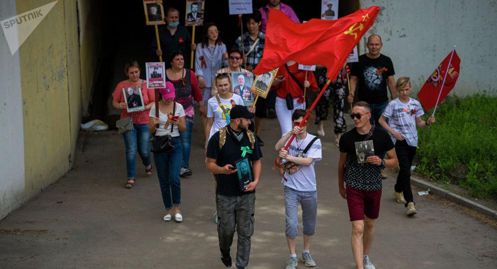Участники шествия Бессмертного полка в Бишкеке по случаю 76 годовщины со Дня Победы в Великой Отечественной войне