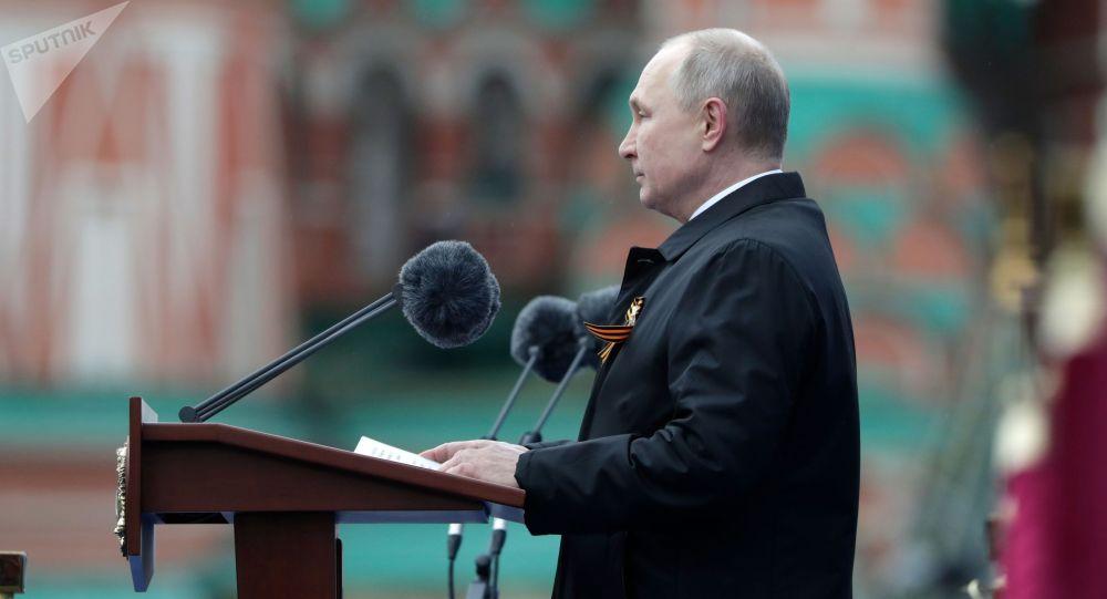 Президент РФ - верховный главнокомандующий вооруженными силами РФ Владимир Путин выступает на военном параде в ознаменование 76-й годовщины Победы в Великой Отечественной войне 1941-1945 годов на Красной площади в Москве.