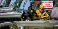 Мальчик смотрит на кузов ретро автомобиля во время автопробега в честь 76-й годовщины Победы в Великой Отечественной войне в Бишкеке