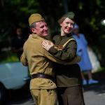 Пара в военной форме танцует перед стартом автопробега
