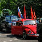 В автопробеге участвовало около ста машин, в том числе раритетных, времен Великой Отечественной войны, с флагами и лозунгами. На фото автоколонна во время автопробега.