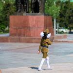 Девочка в военной форме во время празднования 76-й годовщины Победы в Великой Отечественной войне в Бишкеке