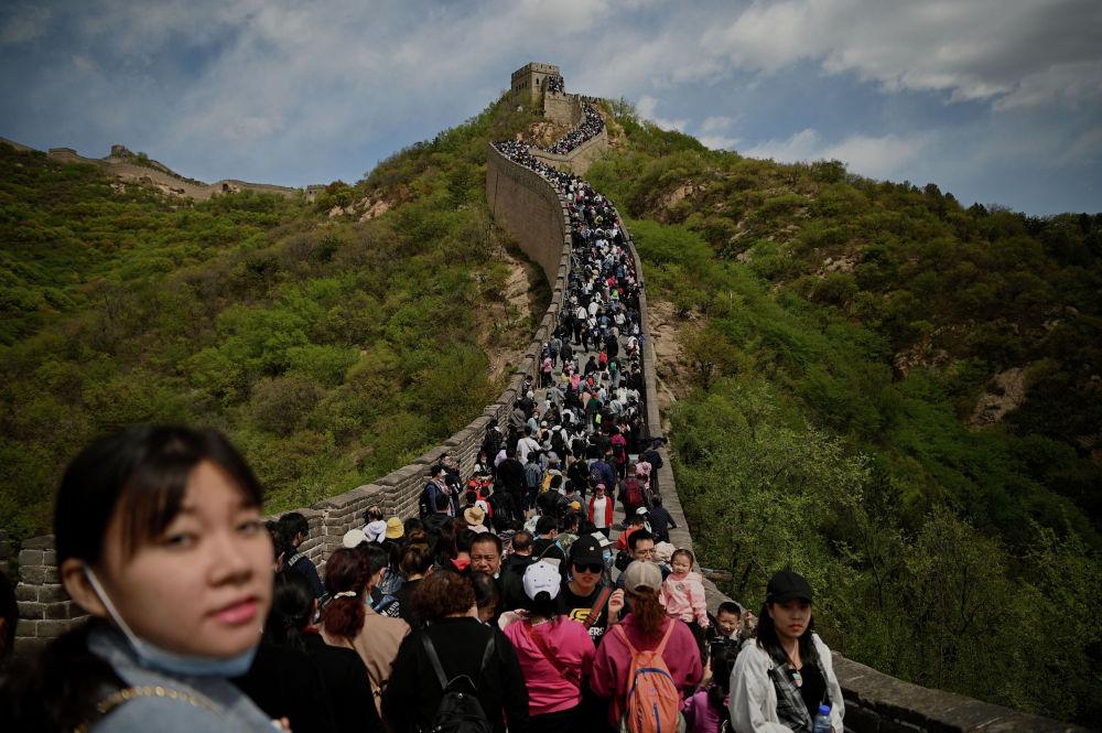 Люди посещают Великую китайскую стену во время праздника Дня труда в Пекине. 1 мая 2021 года