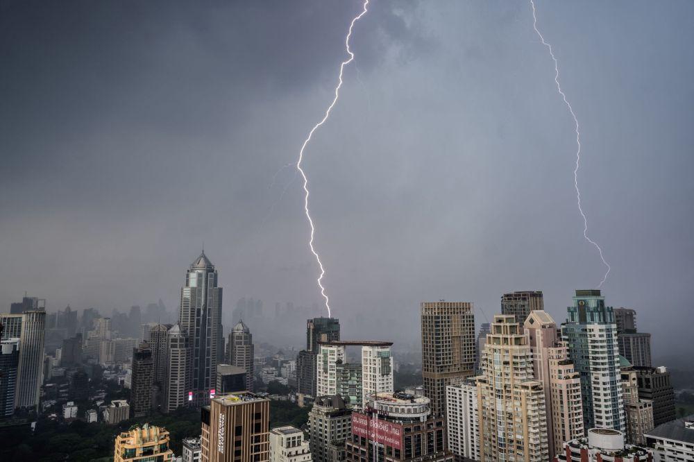 Молния ударяет по зданиям во время грозы в Бангкоке, Таиланд. 3 мая 2021 года