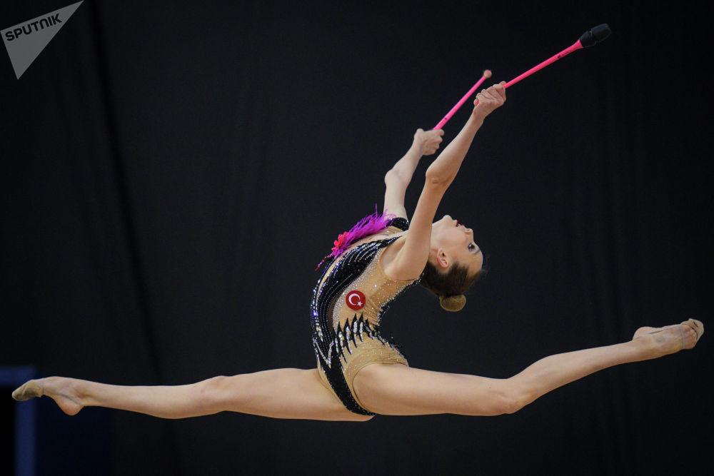 Спортсменка из Турции выступает в индивидуальном многоборье на этапе Кубка мира по художественной гимнастике в Баку (Азербайджан)