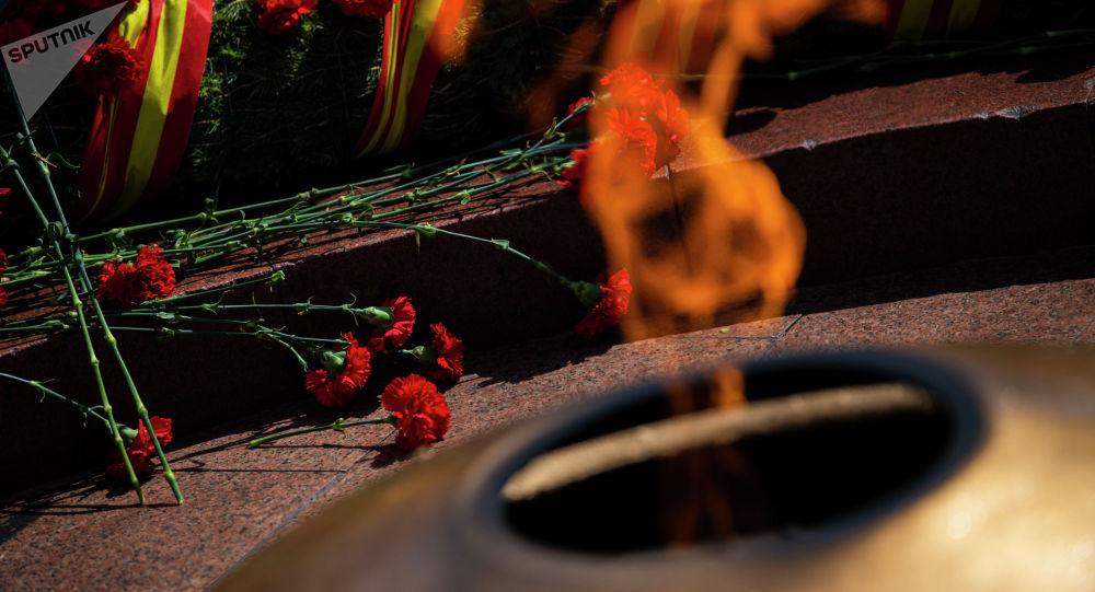 Венки с цветами у Вечного огня на митинге-реквиеме по случаю 76-й годовщины Победы в ВОВ на площади Победы в Бишкеке. Архивное фото