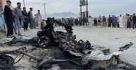 Кабулдагы жарылуу болгон жерде адамдар турушат (Афганистан)