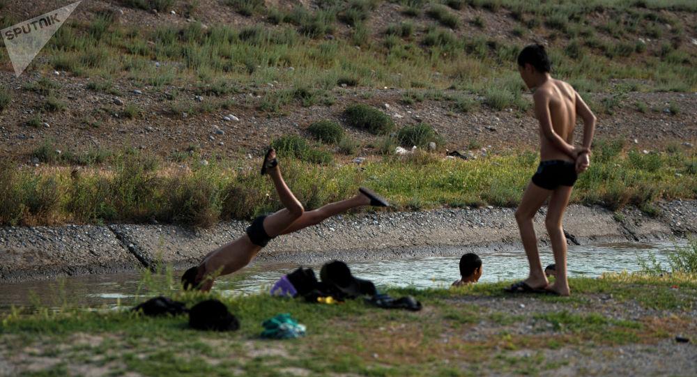 Дети купаются в канале. Архивное фото
