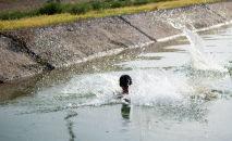 Мальчик купается в канале. Архивное фото