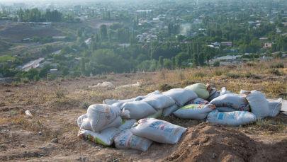 Мешки с песком на месте блокпоста при въезде в село Максат Лейлекского района Баткенской области после военного конфликта на кыргызско-таджикской границе. Архивное фото