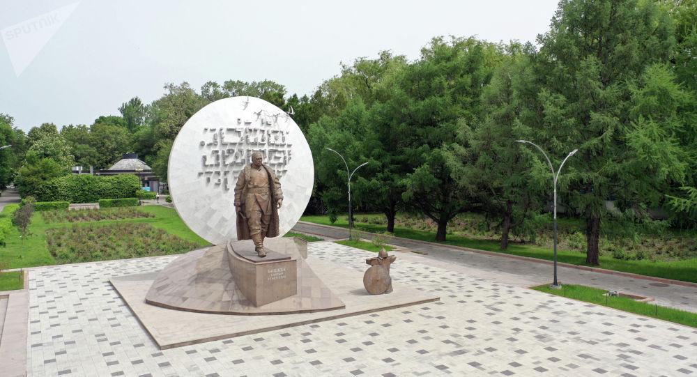 Памятник национальному герою Бишкек-баатыру на площади Ала-Тоо в Бишкеке