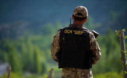 Солдат отряда специального назначения ШЕР на кыргызско-таджикской границе в Баткенской области