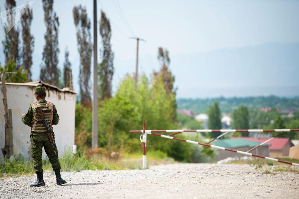 Сотрудник пограничной службы в одном сел Лейлекского района, после приграничного конфликта между Кыргызстаном и Таджикистаном