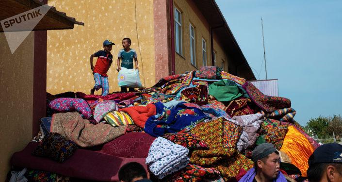 Гуманитарная помощь собранная у школы села Максат Лейлекского района, разрушенного в ходе приграничного конфликта между Кыргызстаном и Таджикистаном