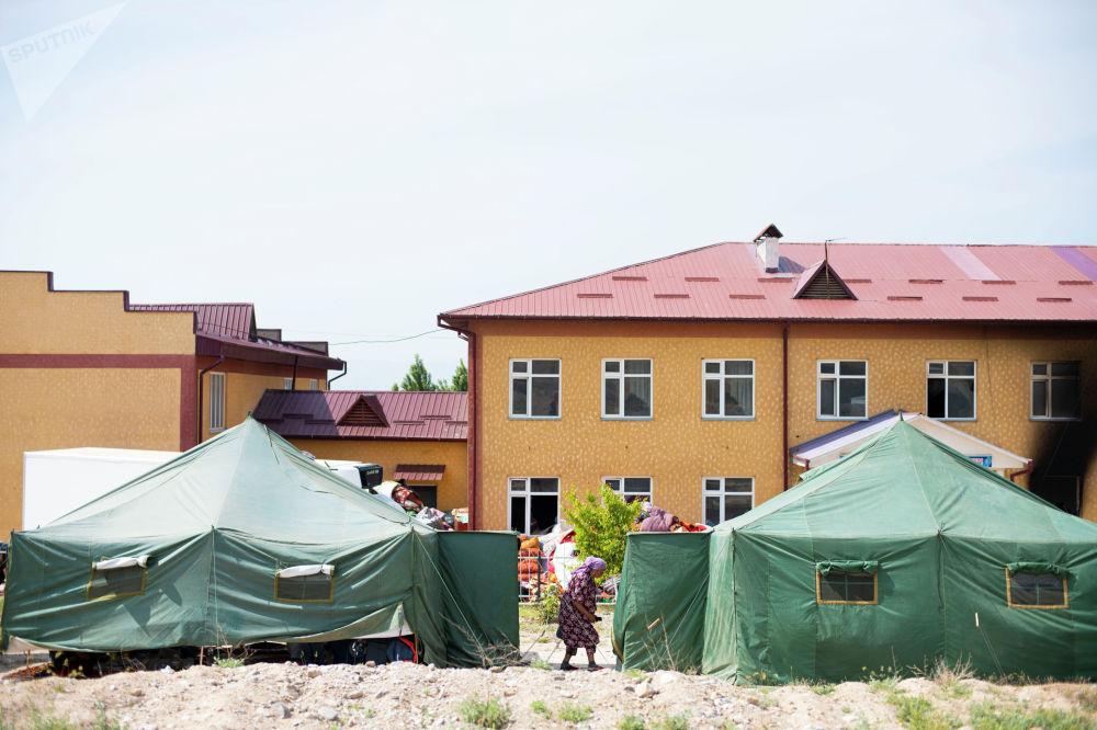 Палатки школы села Максат Лейлекского района, разрушенного в ходе приграничного конфликта между Кыргызстаном и Таджикистаном