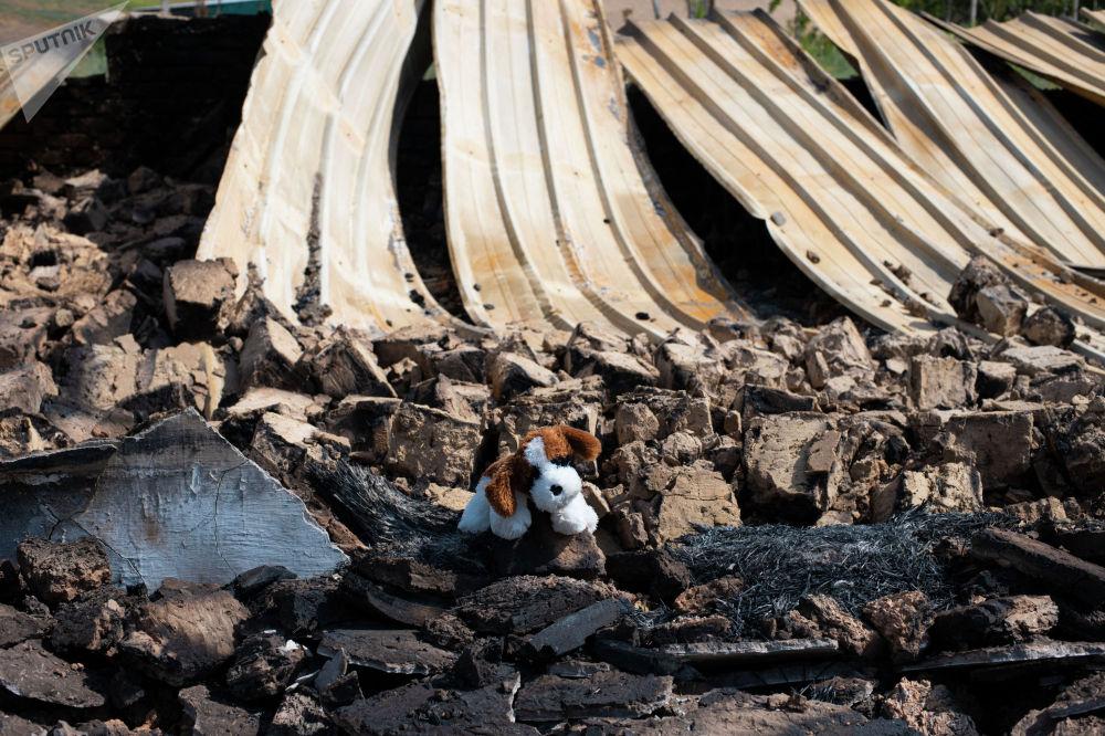 Мягкая игрушка у детского сада села Максат Лейлекского района, разрушенного в ходе приграничного конфликта между Кыргызстаном и Таджикистаном