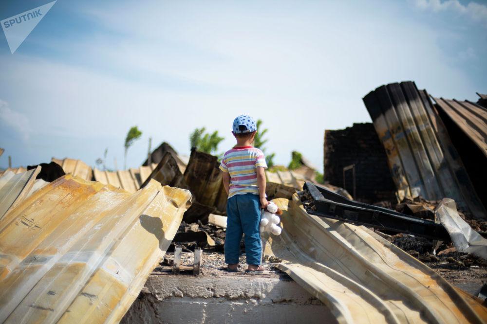 Мальчик у детского сада села Максат Лейлекского района, разрушенного в ходе приграничного конфликта между Кыргызстаном и Таджикистаном