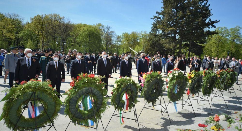 9 мая в Берлине посол Кыргызстана в ФРГ Эрлан Абдылдаев возложил венки к советским воинским мемориалам в Трептов-парке и парке Тиргартен