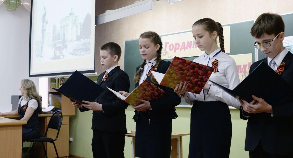 Ученики гимназии во время урока приуроченного к годовщине победы в Великой Отечественной войне. Архивное фото