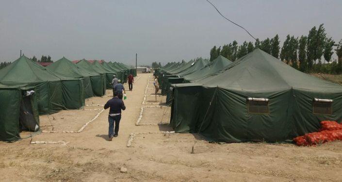 Палатки, где проживают жители села Максат, которые потеряли свои дома после военного конфликта на кыргызско-таджикской границе